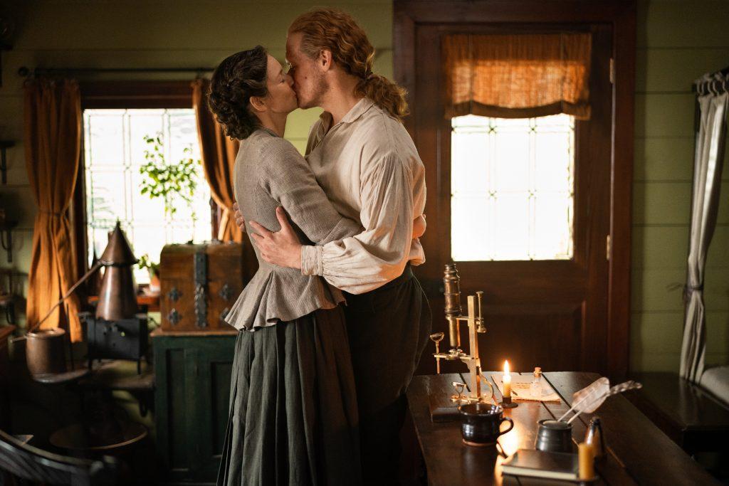 Outlander saison 5 scène du microscope Claire et Jamie