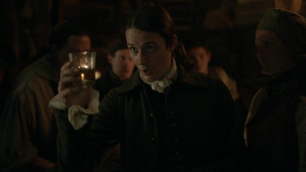Outlander scène coupée épisode 4 saison 5 Roger offre du whisky