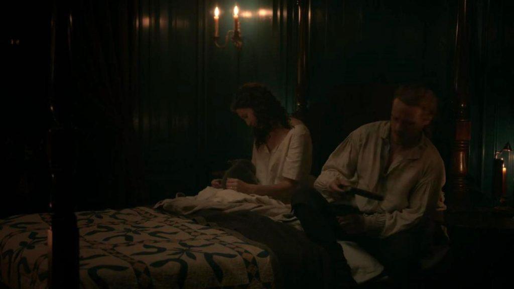 Claire et Jamie Outlander saison 5 dans la chambre avec Adso