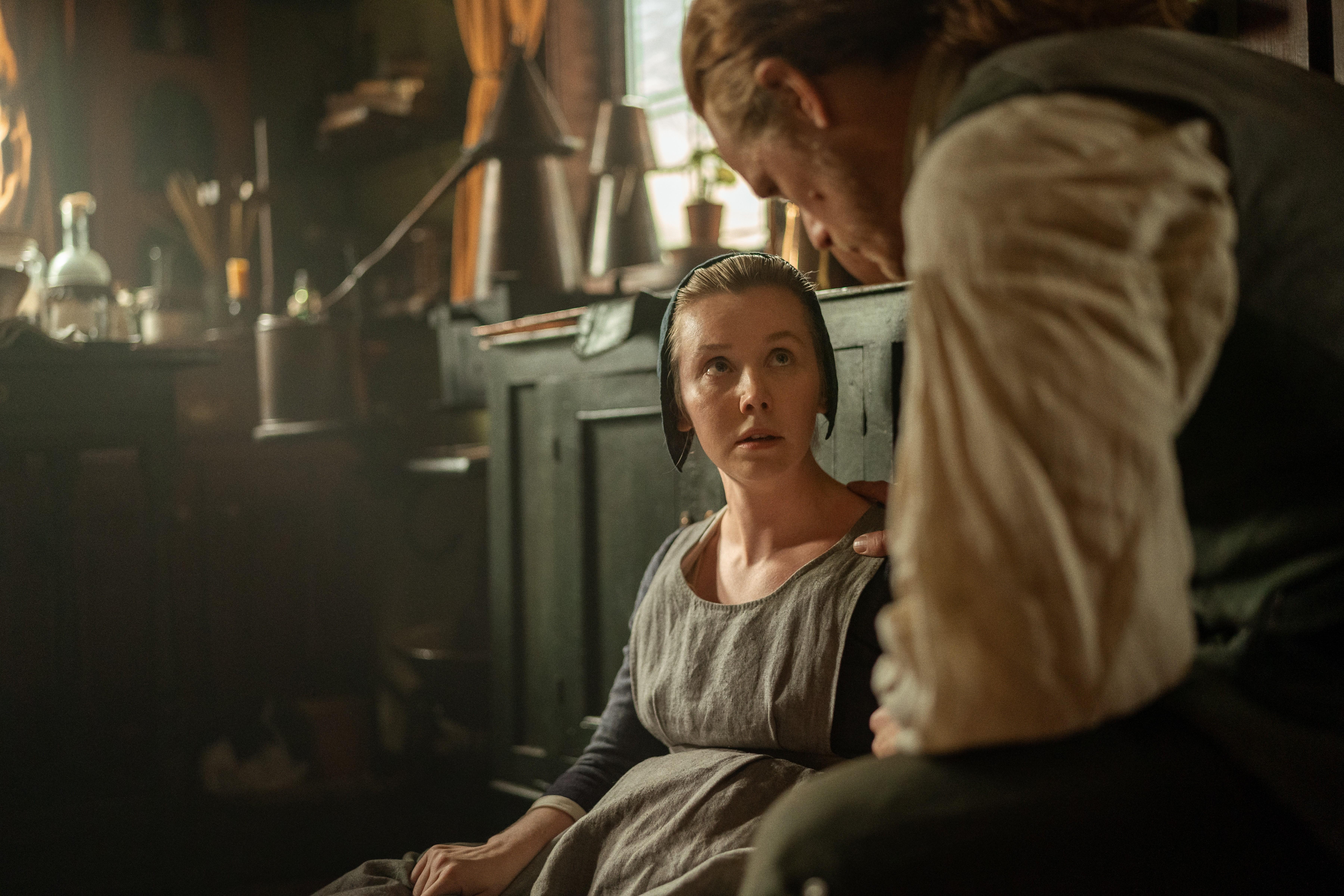 Outlander saison 5 épisode 12 jamie réconforte Marsali