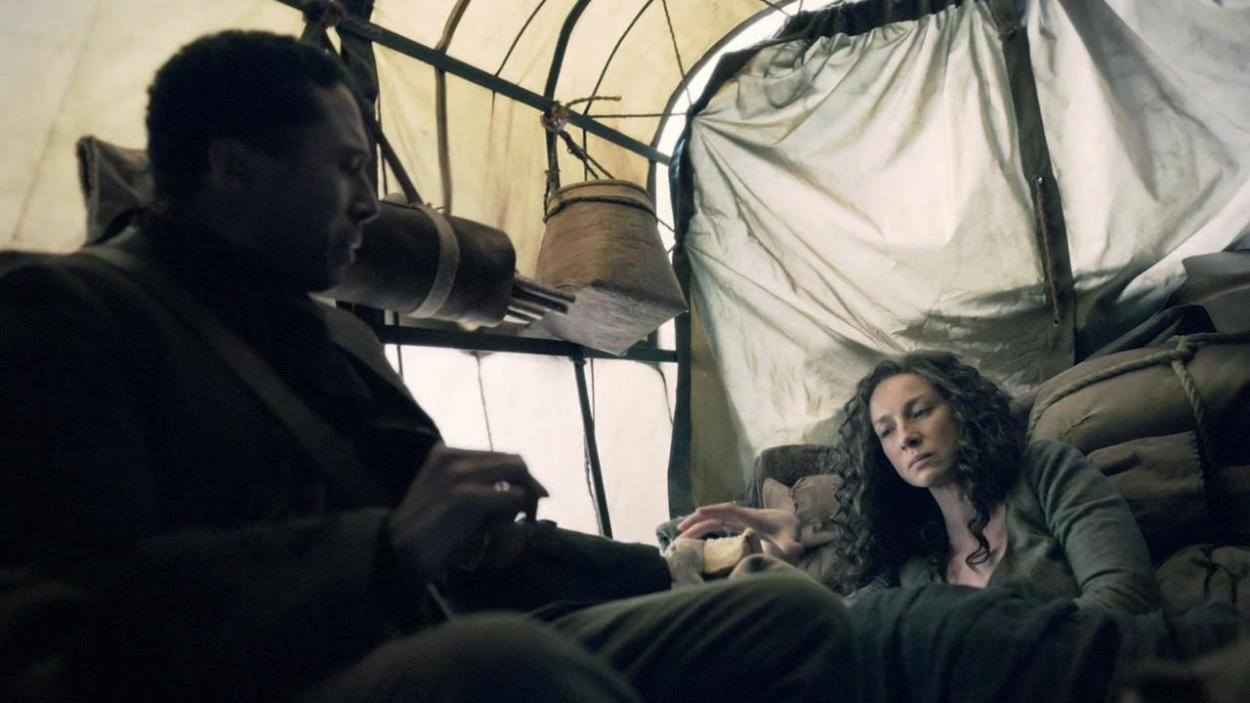 Outlander Claire et Tebbe dans le chariot Never My love